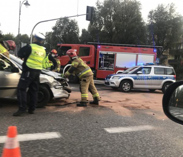 Zderzenie samochodów na skrzyżowaniu Warszawskiej z 600-lecia. Znowu. Są utrudnienia-54694