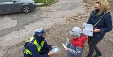 Sochaczewscy policjanci rozdają maseczki. Seniorom, dzieciom i zapominalskim-55200
