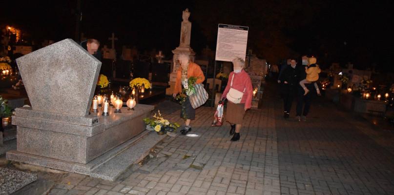 Tłumy na cmentarzach. Doszło nawet do stłuczki