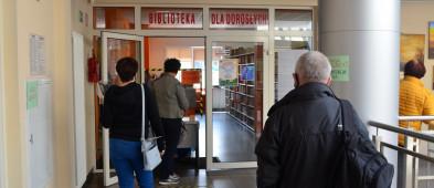 Biblioteka w Sochaczewie znów otwarta. Chętnych do wizyty nie brakuje-55522