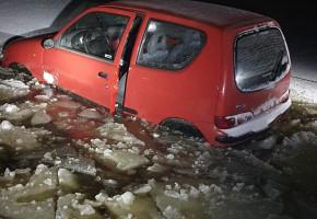 Fiat Seicento zatopiony w Bzurze. W akcji 5 zastępów straży pożarnej-56140