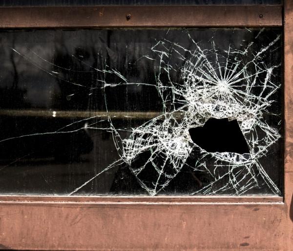 15-latek z promilami i emocjami po kłótni z dziewczyną. Straty w bloku na Korczaka-56157
