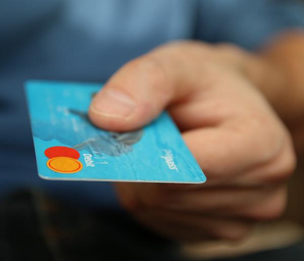 Sochaczew. Przywłaszczyła kartę bankową bliskiej zmarłej i wypłaciła nią gotówkę-56699