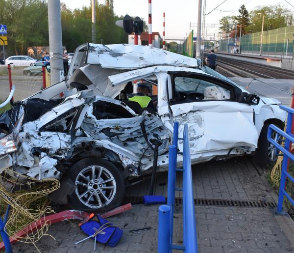 KPP Żyrardów o dramatycznym wypadku w Radziwiłłowie: przez zamknięte rogatki wprost pod pociąg-57822