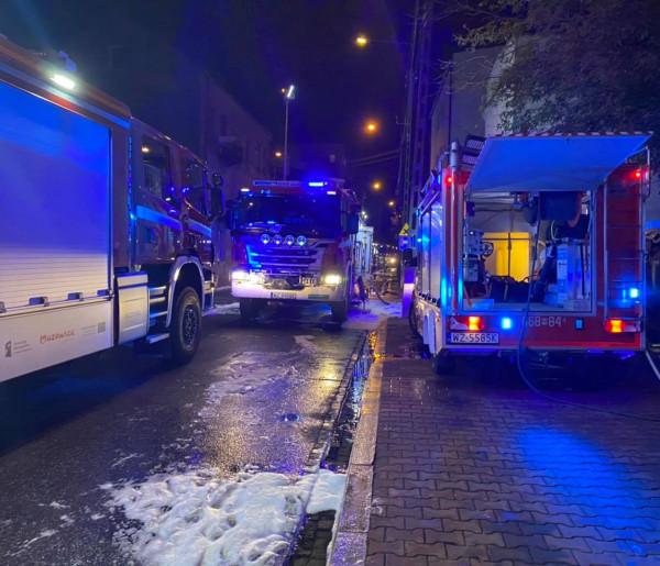 Groźny pożar kamienicy w Błoniu. Konieczna była ewakuacja-60105