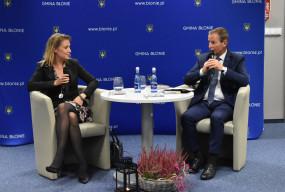 Magdalena Wolińska-Riedi z wizytą w Błoniu. Rozmowę poprowadził burmistrz-60119