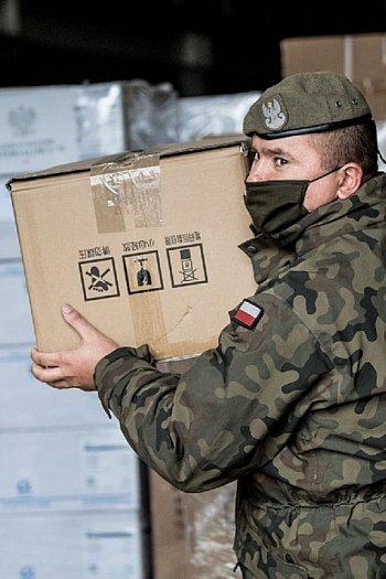 Terytorialsi transportują środki ochrony indywidualnej do szpitali. Wkrótce dotrą do Sochaczewa-9695