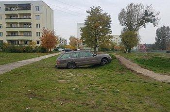 Tajemnicza taksówka w tajemniczej pozycji w Trojanowie-9717