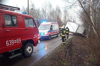 Henryków: bus wpadł w poślizg i uderzył w drzewo-9957