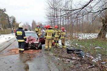 Henryków: osobówka uderzyła w drzewo-9958