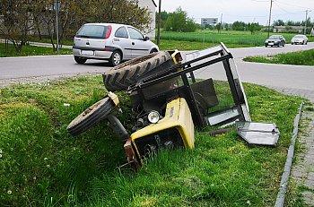 Giżyce: traktor w rowie-10340