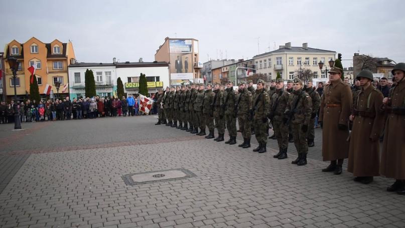Hymn i podniesienie flagi Polski na maszt