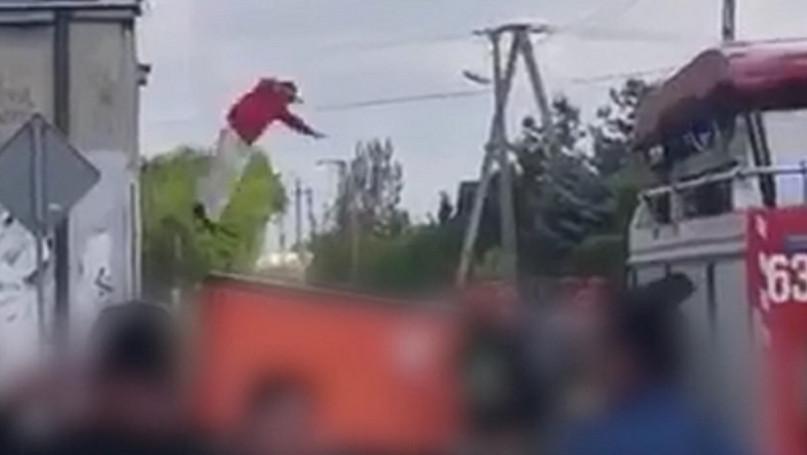 Skok z dachu domu, ul  Długa Sochaczew