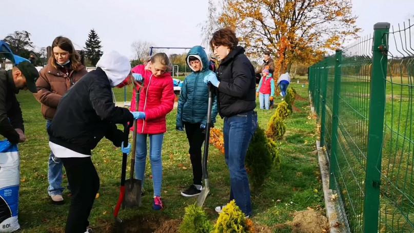 Akcja sadzenia drzew w Szkole Podstawowej w Wyczółkach